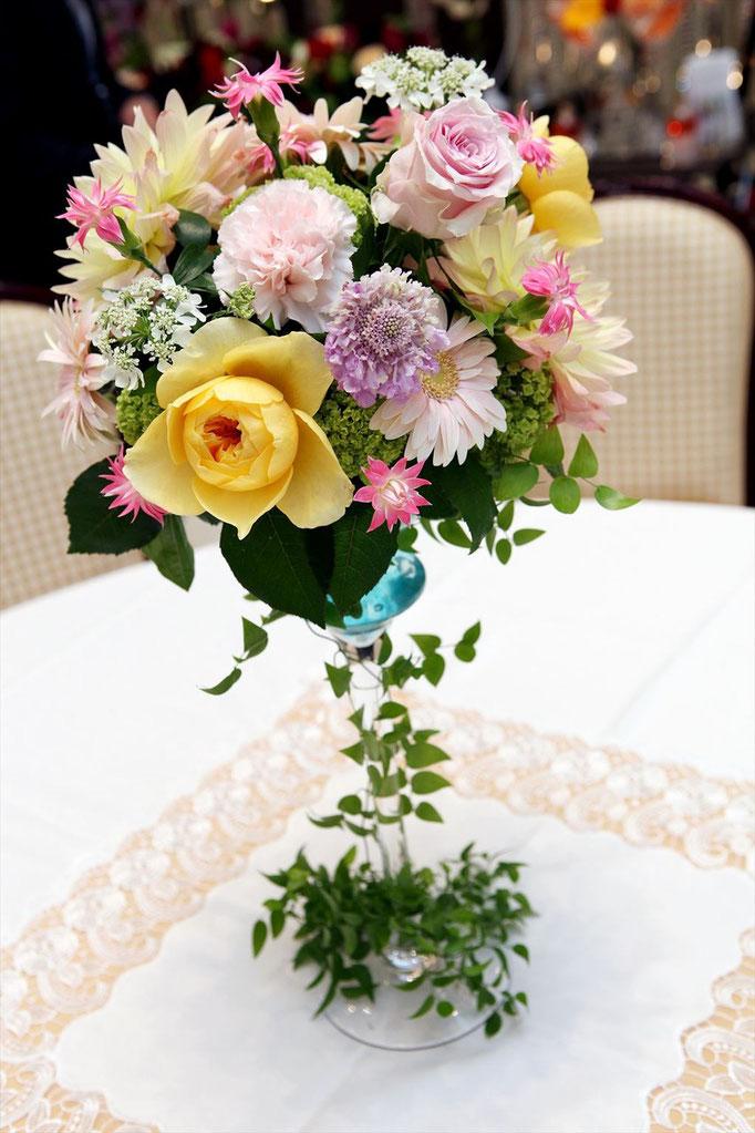ナチュラルな高さのあるテーブル装花