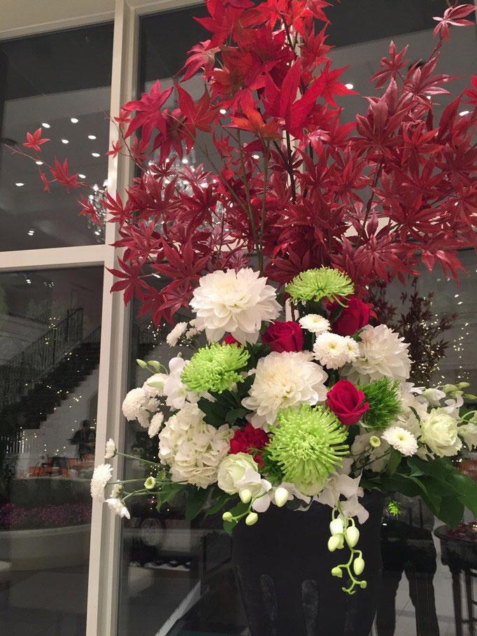 紅葉を生けるメインバック装花