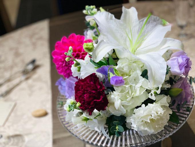 エレガントなユリのテーブル装花