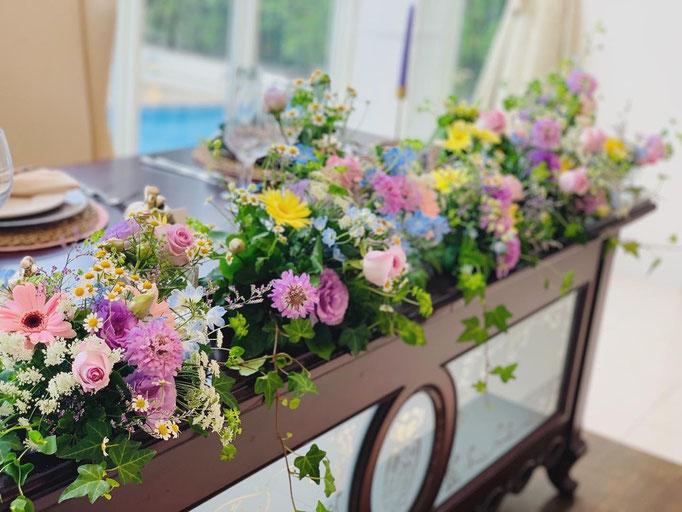 小花で軽やかな高砂装花