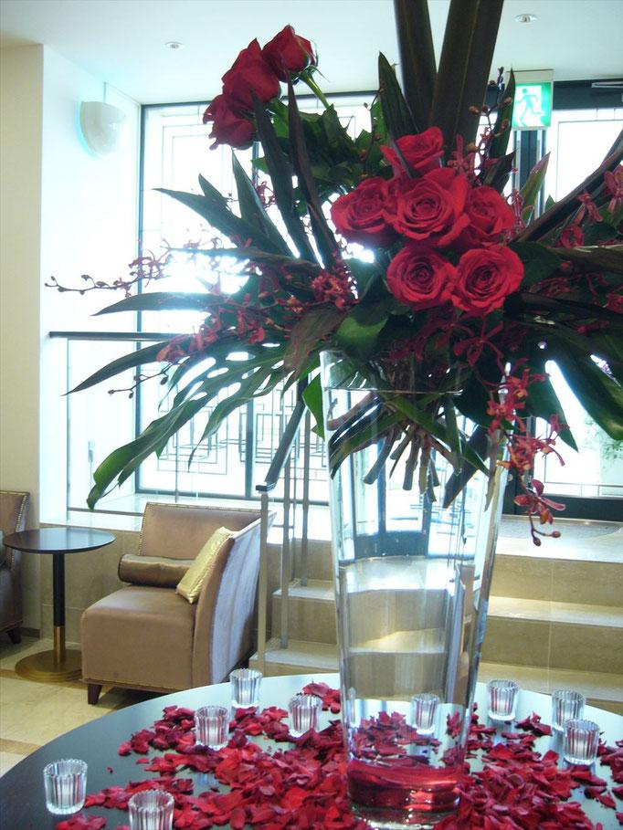 大きな花器に生け込みするロビー装花