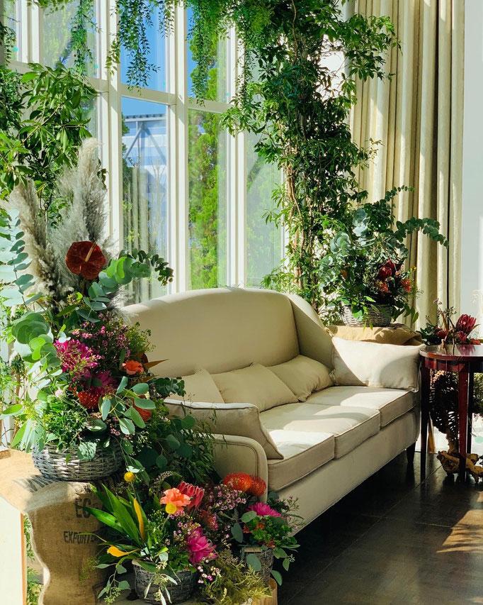 印象的なアーチを飾る高砂ソファ