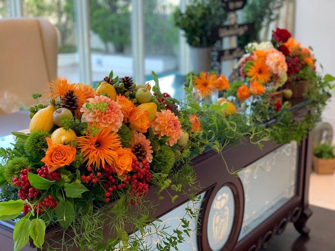 オレンジで明るく高砂装花