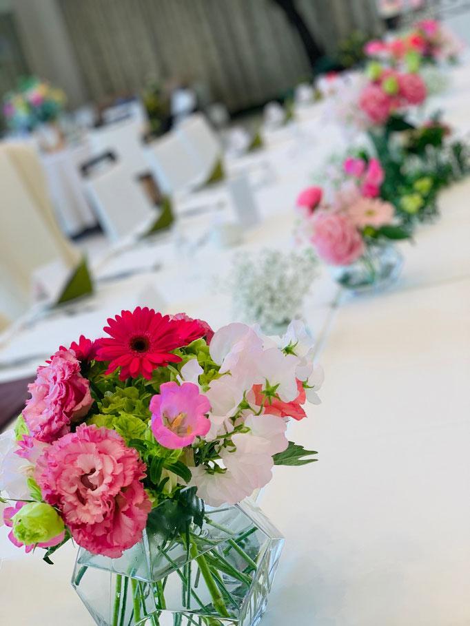 大きなゲストテーブルには自由な花飾り