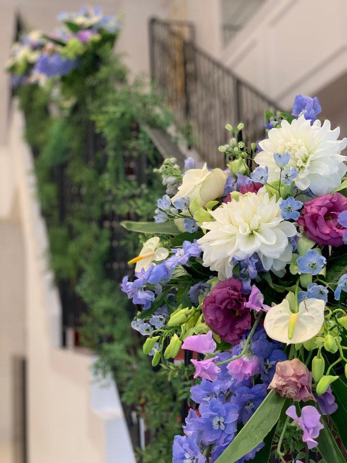 綺麗に階段を彩る花飾り