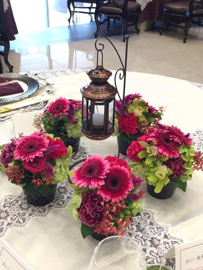 ミニアレンジのテーブル装花とランタン