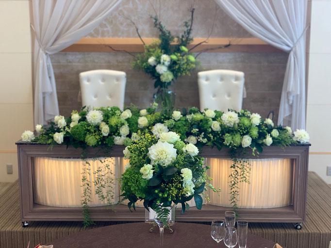グリーンをベースに豪華な花飾り