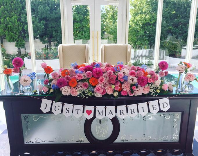 ピンクが印象的なメインテーブル装花