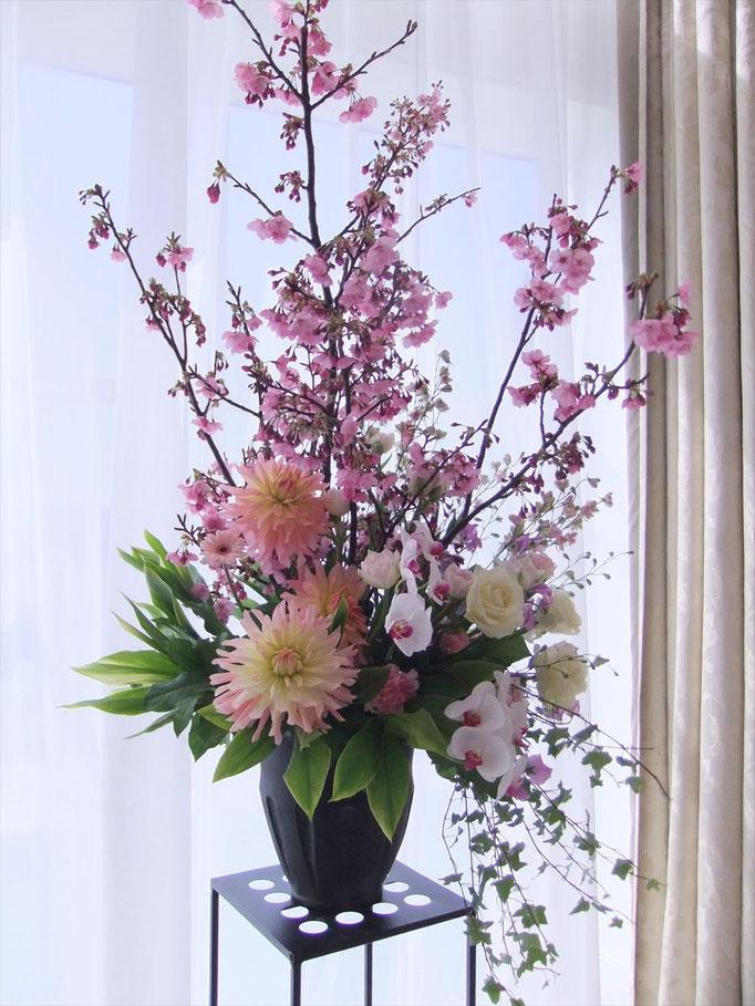 桜ウェディング メインバックの花飾り