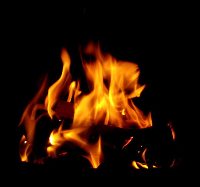 gemühtliches Lagerfeuer - falò accogliente - cozy campfire