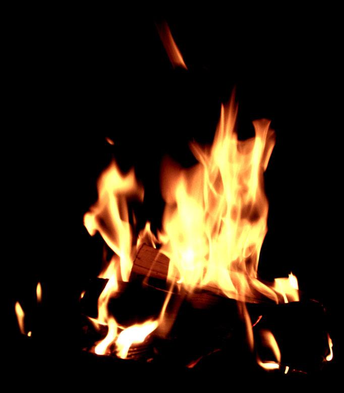 romantisches Lagerfeuer zur Sonnenwende - falò romantico allo solstizio - romantic campfire at solstice
