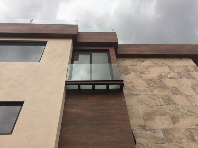Balcón en cristal templado / Bosque Real