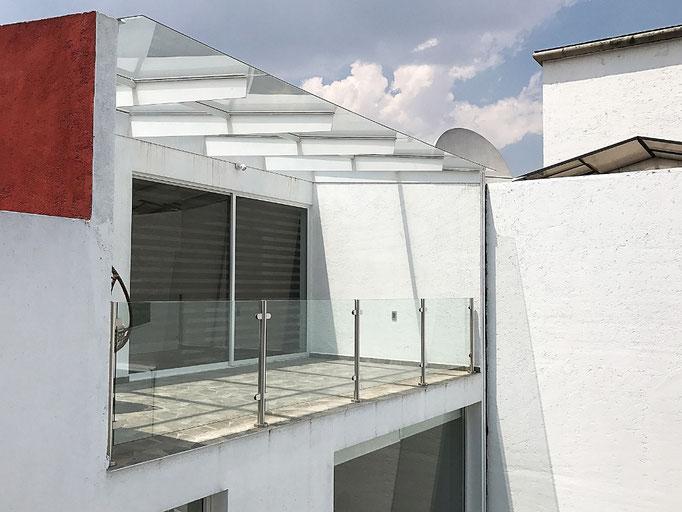 Vista interior de barandal en cristal templado y techo 1