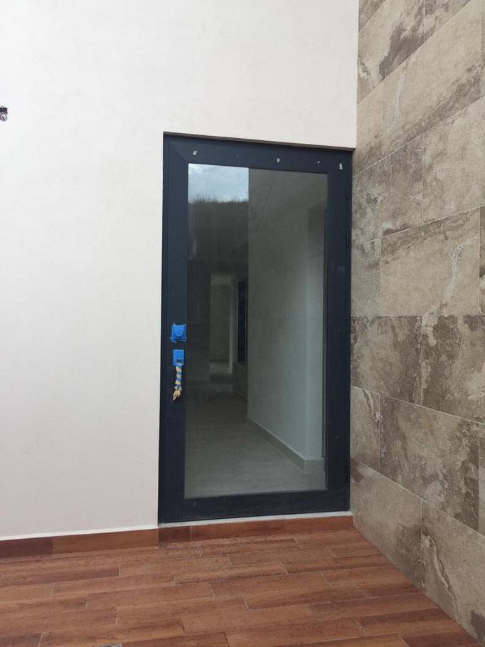 Puerta de Aluminio de linea española / Bosque Real