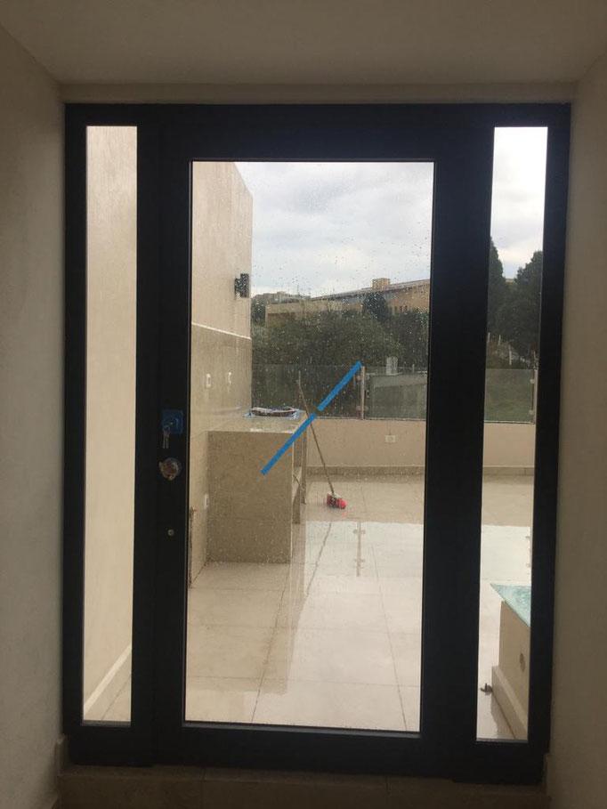 Vista interior de puerta de aluminio de línea española / Bosque Real