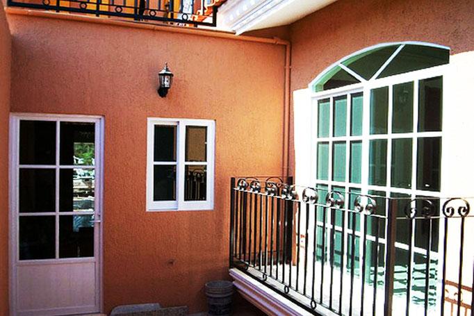 Detalle patio, ventana de medio punto de aluminio