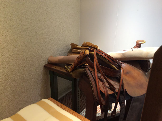 openの時には、この鞍を入り口に出しておきますね。 小さな雑貨屋sioux &lily(スーアンドリリー)