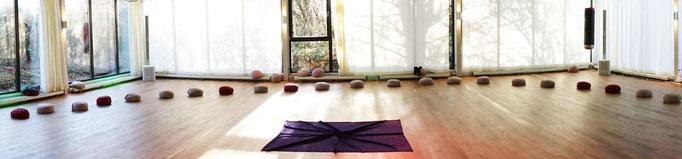 Meditationsraum mit Meditationskissen