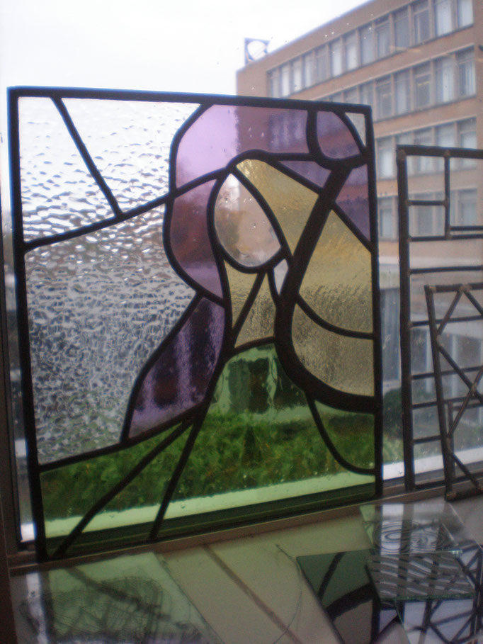 Abstracte vrouw. Techniek : glas in lood, brandschilderen (dit object is tijdens mijn opleiding gemaakt)