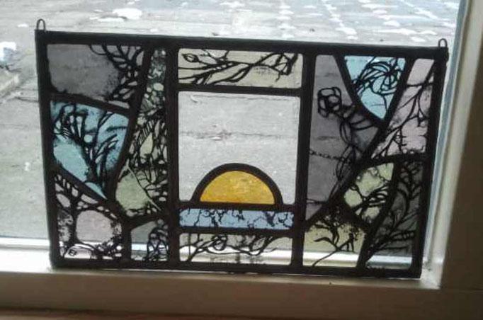 Een nieuw begin. Techniek : glas in lood, brandschilderen  (dit object is tijdens mijn opleiding gemaakt)