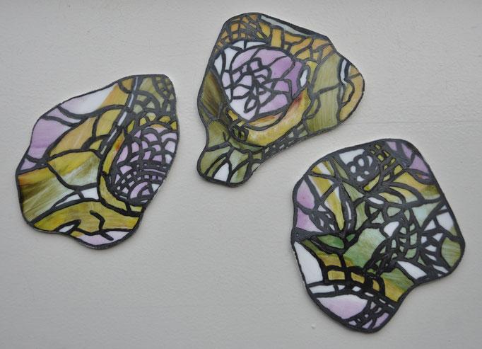 Drie uniek beschilderde onderzetters, geïnspireerd naar de eigenaresse (dit object is tijdens mijn opleiding gemaakt)