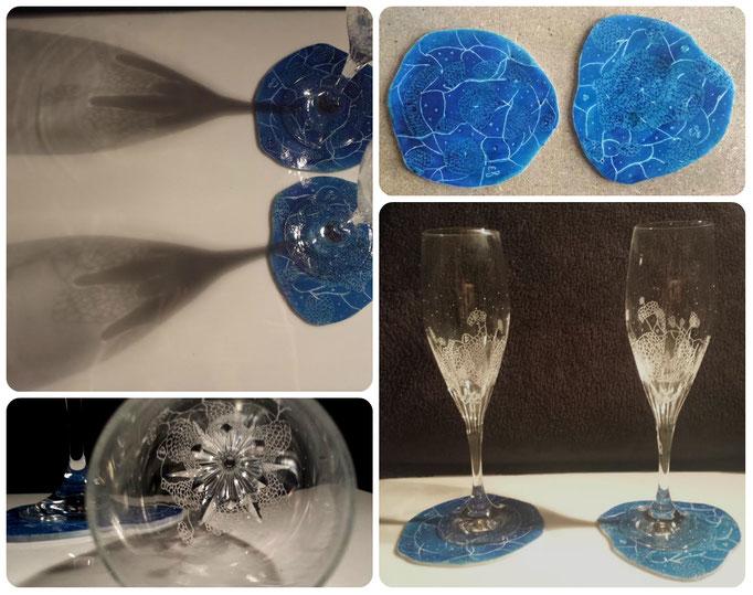 Twee uniek hand gegraveerde kristallen glazen met beschilderde onderzetters