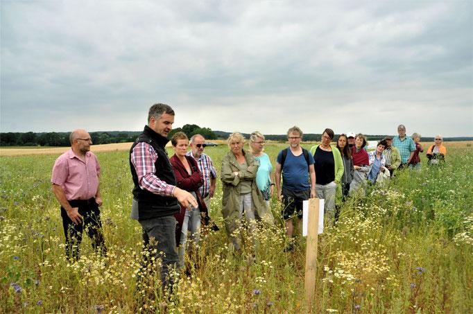 Pressetermin 06.07.2019: Landwirt Schlademann erklärt die versch. Mischungen