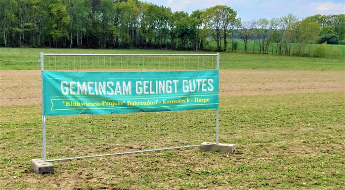 Kampagnen-Banner auf dem zukünftigen Blühwiesen-Feld (aufgestellt am 17.05.2019)