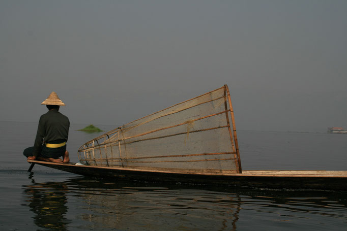 Pêcheur Intha sur le lac Inle. MYANMAR.