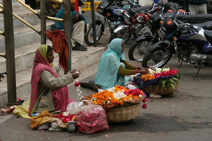 Vendeuse d'offrandes à l'entrée d'un temple. JAÏPUR.