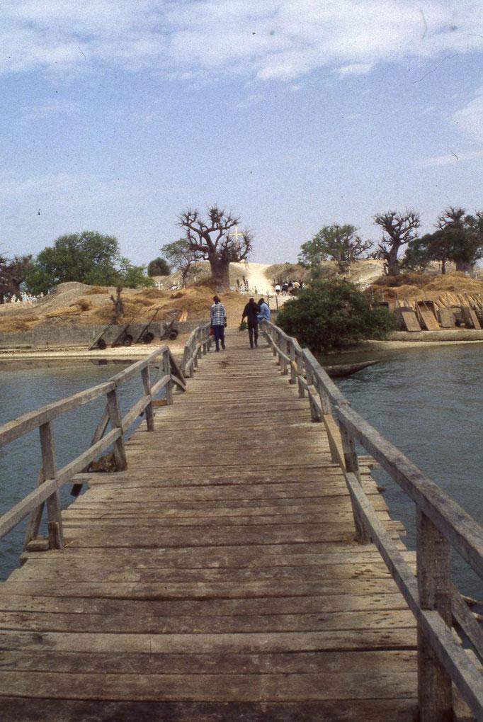 Sur le pont pour se rendre à FADIOUTH.