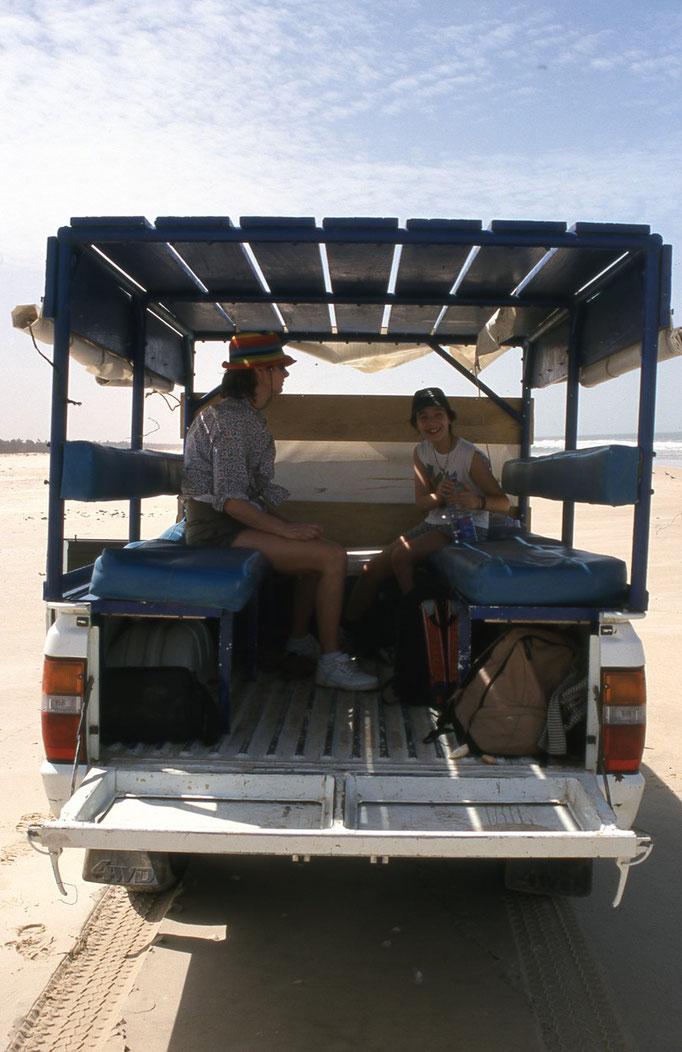 Sur la grande plage du monde: d'Agadir au MAROC à DAKAR.