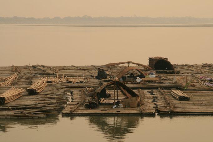 Radeau de bambous, fleuve Irrawaddy. MYANMAR