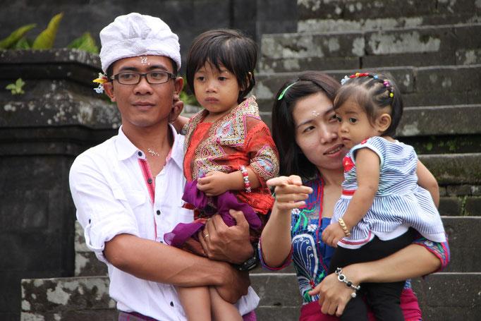 Famille au temple de BESAKIH.BALI.