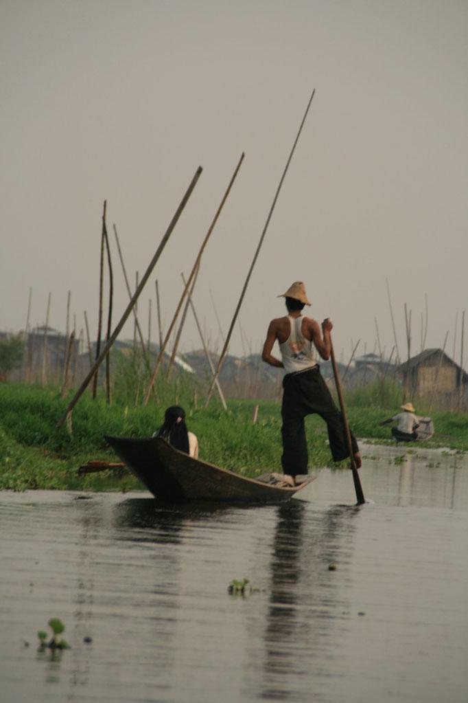 Pêcheur Intha sur le lac Inle. MYANMAR