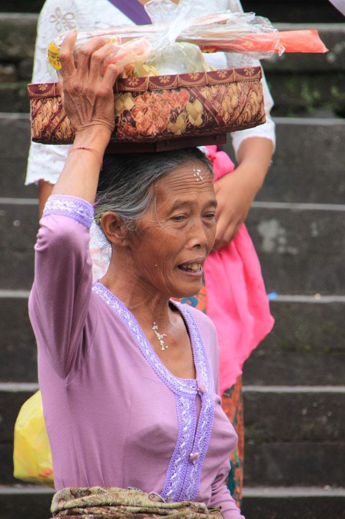 Porteuse d'offrande au temple de ULUM DANU.BALI.