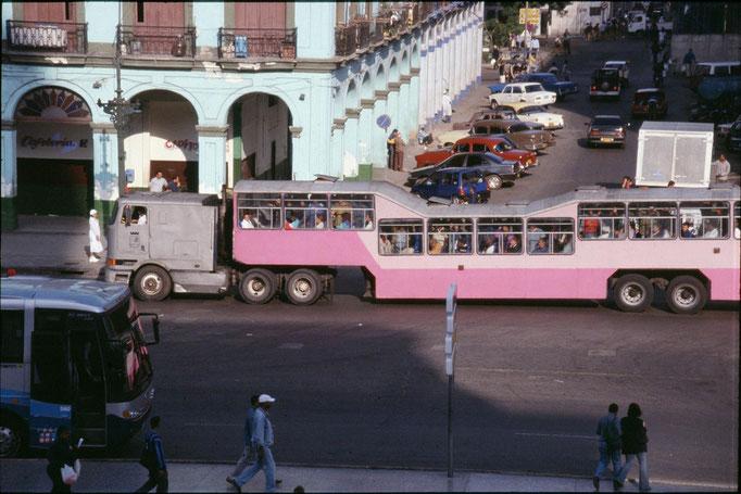 """Le bus  """"dromadaire"""" à LA HABANA."""
