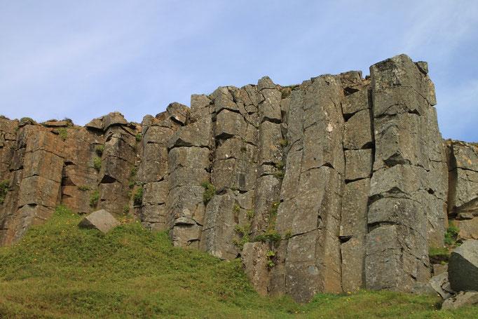 Falaise de basalte à REYNISDRANGAR.