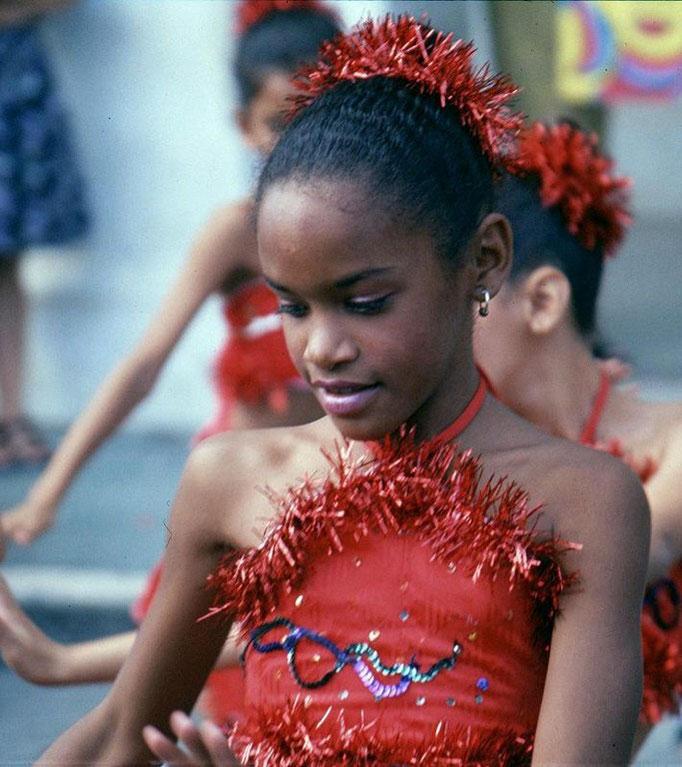 Danseuse devant l'école de SANTA CLARA.