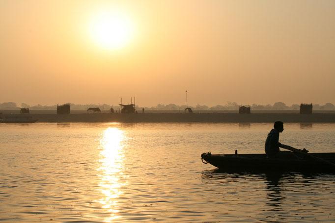 A l'aube sur les ghats à VARÂNÂSI.