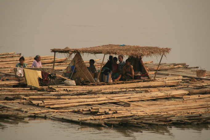 Radeau de bambou, Irrawaddy. MYANMAR