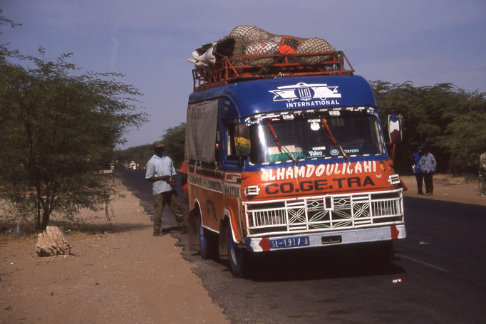 "Un mini bus ""mille-kilos ou 22 places"" sur la route de DAKAR."