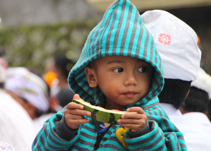 Distribution de nourriture au cours d'une cérémonie.