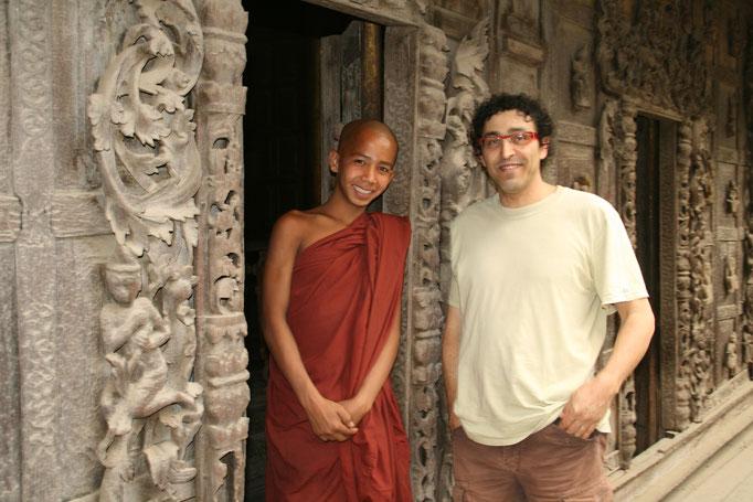 Jeune moine près d'un temple. MYANMAR