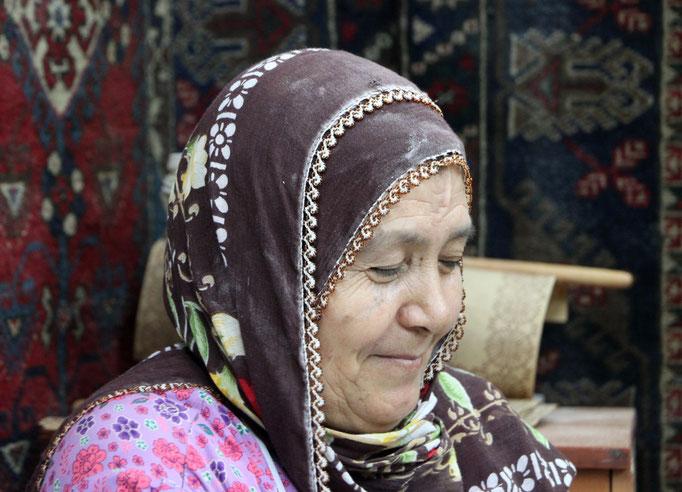 Femme KURDE préparant des galettes.
