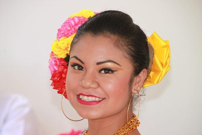 Danseuse dans un restaurant sur la rote de CHICHEN ITZA.