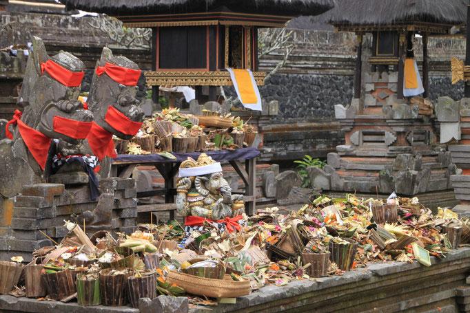 Offrande dans un temple.