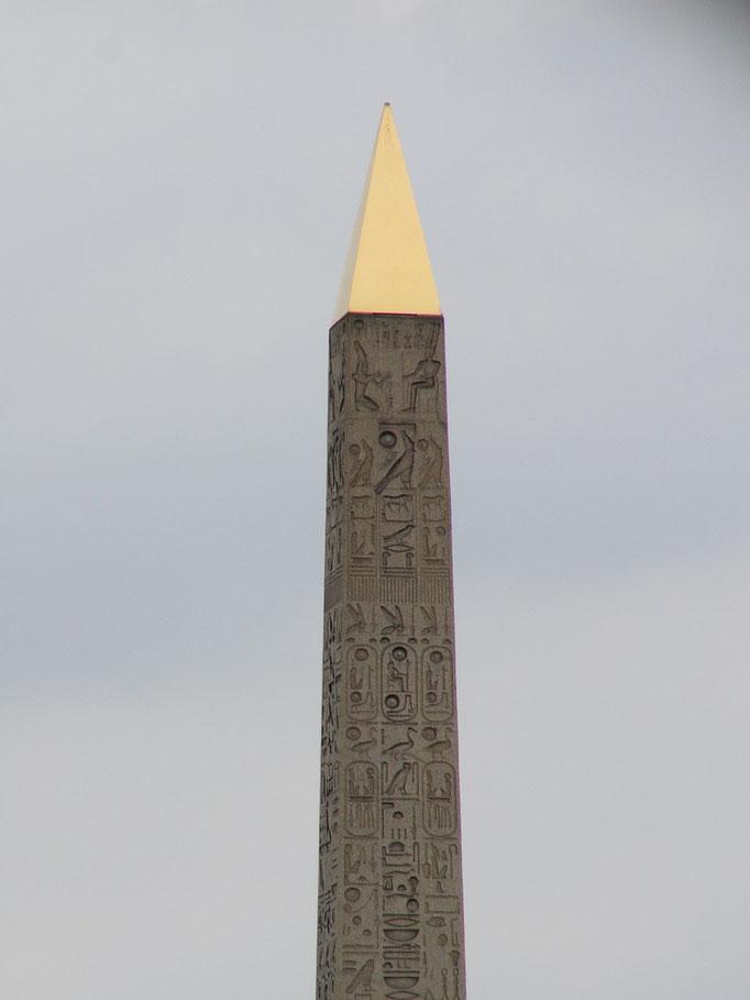 Un des deux obélisques au temple de LOUXOR.