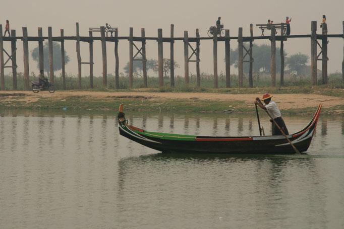 Près du pont en teck U Bein. MYANMAR