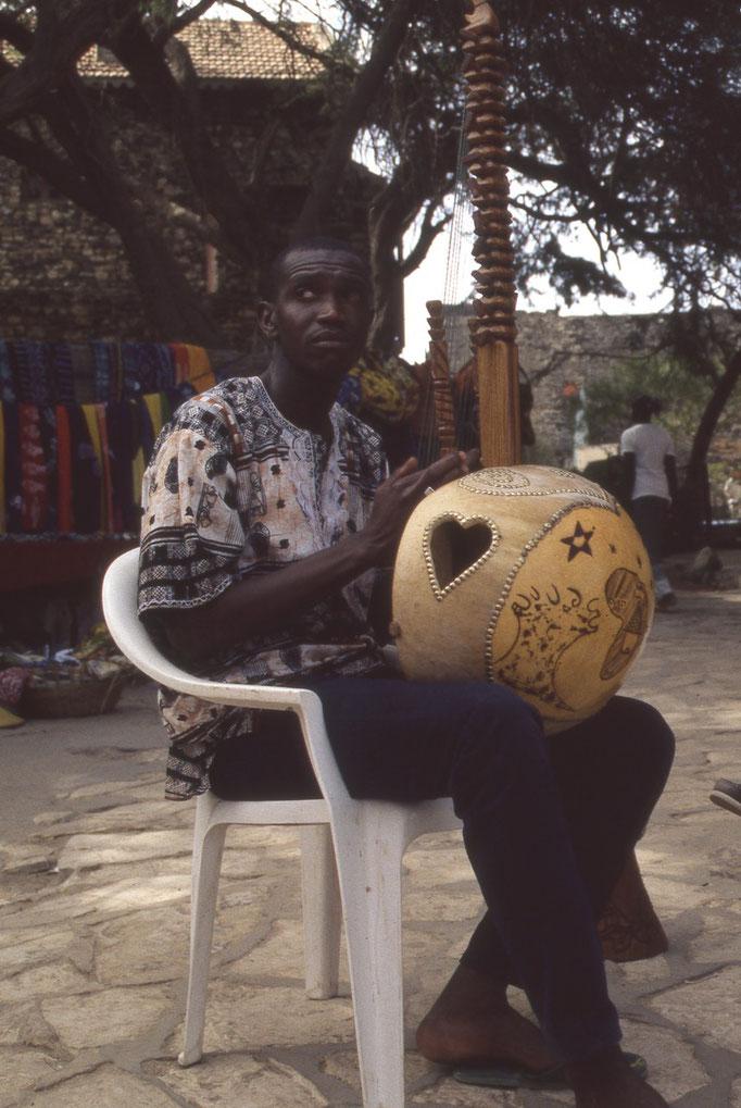 Joueur de kora au petit port de l'île de GOREE.